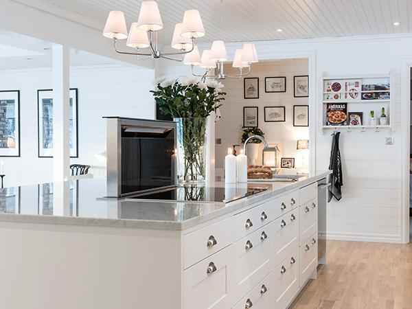 Stor köksö med marmorbänkskiva
